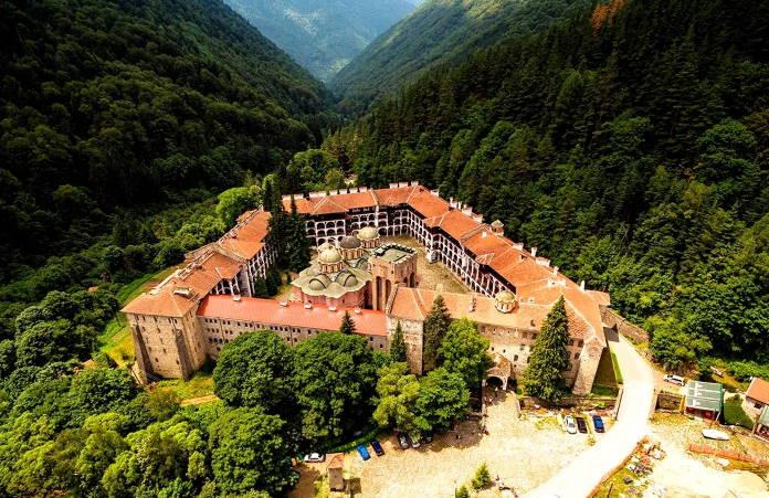 Rilskij-monastyr-znamenityj-centr-Bolgarii-dostoprimechatelnost