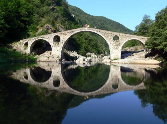 Chertov-most-cherez-gorod-Ardino-postroennyj-v-16-veke