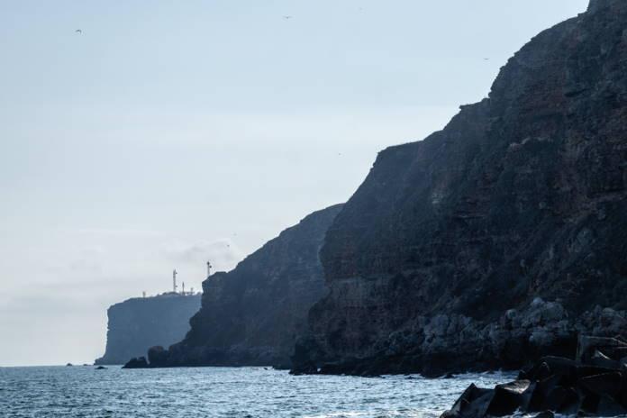 Skaly-mysa-podnimajutsja-na-70-m-nad-urovnem-morja