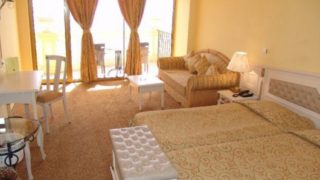 Пятизвездочный отель Victoria Palace расположен на курорте Солнечный Берег, всего в 30 метрах от побережья.