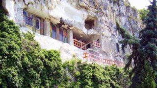 Скальный монастырь Аладжа в Болгарии.